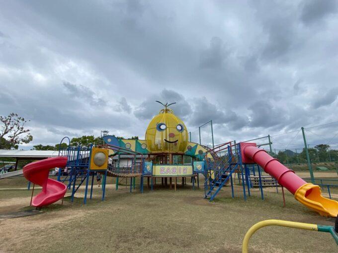 まんのう町「かりんの丘公園」の大型アスレチック