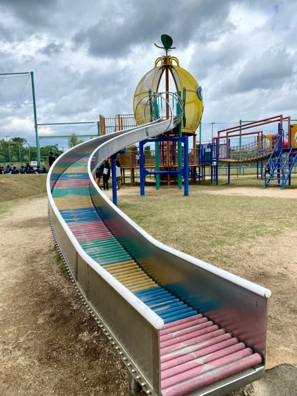 まんのう町「かりんの丘公園」大型コンビネーション遊具のローラー滑り台