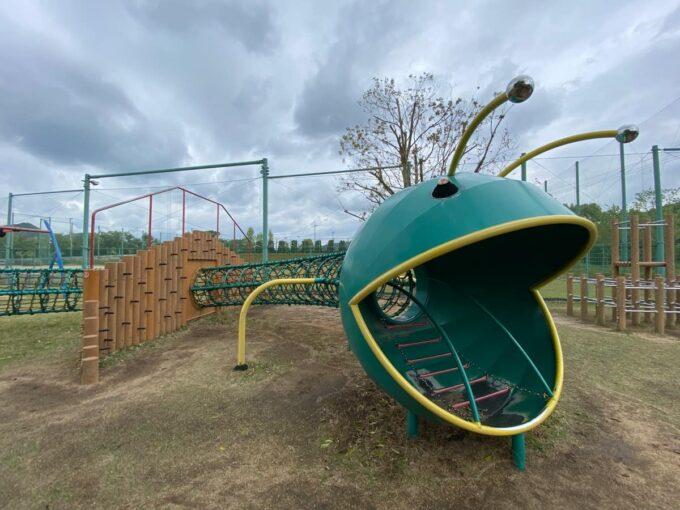まんのう町「かりんの丘公園」青虫のような遊具があった