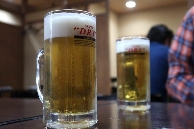 高松市「さかな屋さんの居酒屋 北島商店酒場」まずはアサヒスーパードライを大ジョッキ(850円)