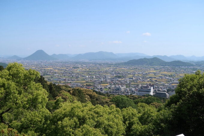 香川・金刀比羅宮の展望台から讃岐平野と讃岐富士を眺める