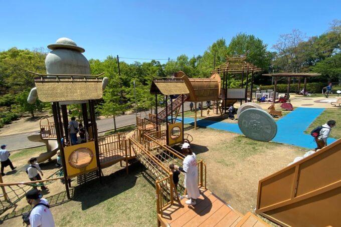 高松市「峰山公園」はにわっ子広場は全体的に古墳時代のような遊具のカラーだった