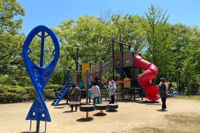 高松市「峰山公園」わんぱく広場のぐるぐる回る滑り台などが合体した遊具