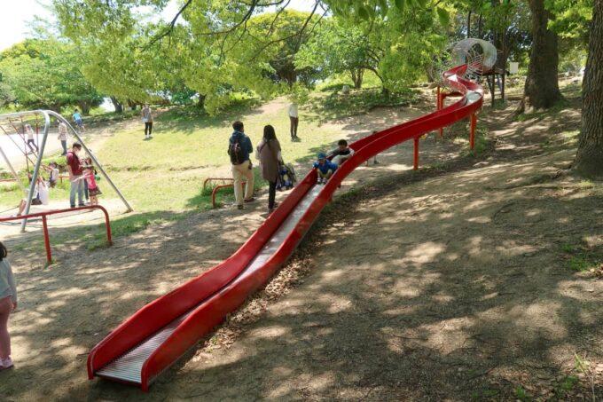 高松市「峰山公園」ちびっこ広場のローラー滑り台を別角度から