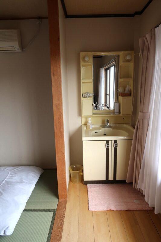 今治・大三島「旅館さわき」洗面台はお部屋に中にあった
