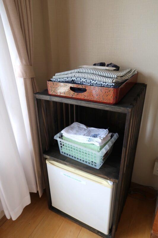 今治・大三島「旅館さわき」杉の間のアメニティ類(浴衣・タオル類)と冷蔵庫