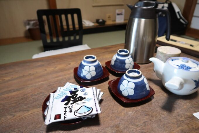 今治・大三島「旅館さわき」杉の間のお着きのお茶菓子