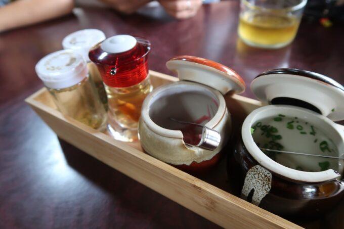 那覇市高良「那覇そば処 たからまちがー」の調味料やネギ、紅生姜など