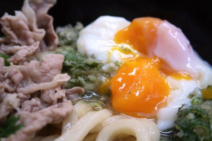 高松市「うどん市場 兵庫町店」肉玉ぶっかけのオリーブ玉子