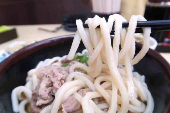 高松市「うどん市場 兵庫町店」肉玉ぶっかけのうどんを箸上げ