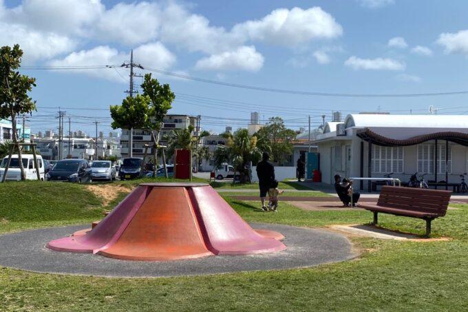 沖縄市「若夏公園」ふわふわのプリン山