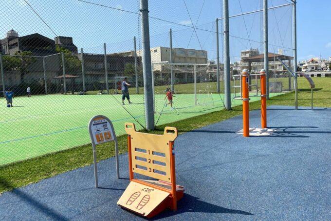 沖縄市「若夏公園」健康遊具も揃っている