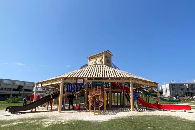 沖縄市「若夏公園」の屋根付き複合アスレチック