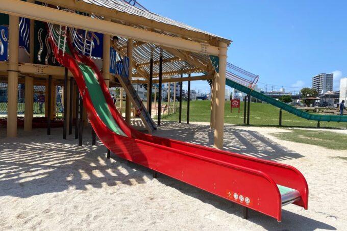 沖縄市「若夏公園」赤い滑り台