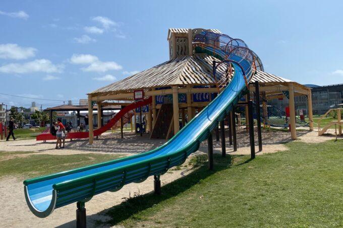 沖縄市「若夏公園」青く天井から伸びる滑り台
