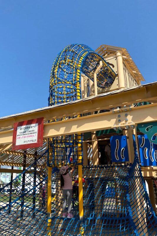 沖縄市「若夏公園」頂上に向けてリングネットを登っていく