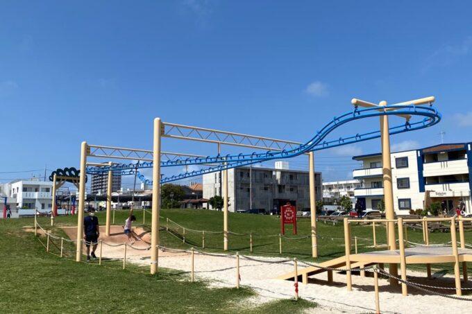 沖縄市「若夏公園」人気のターザンロープもある