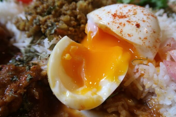 那覇・栄町「323カレー」半熟卵もついている