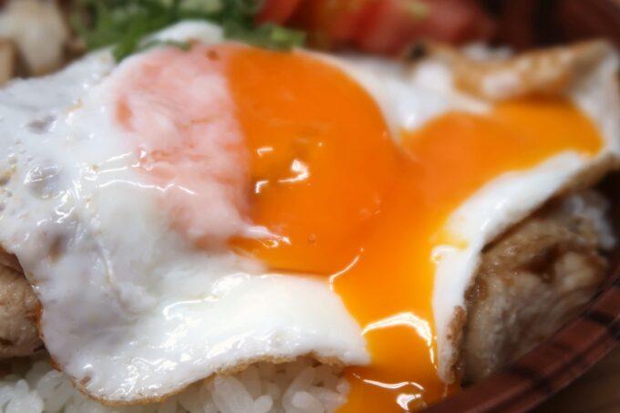 那覇・久茂地「4KLETT(シークレット)」ガパオライス弁当の目玉焼きが半熟