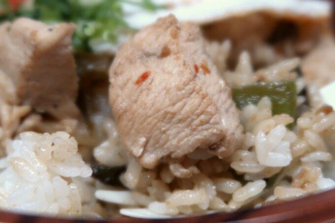 那覇・久茂地「4KLETT(シークレット)」ガパオライス弁当のでっかいお肉