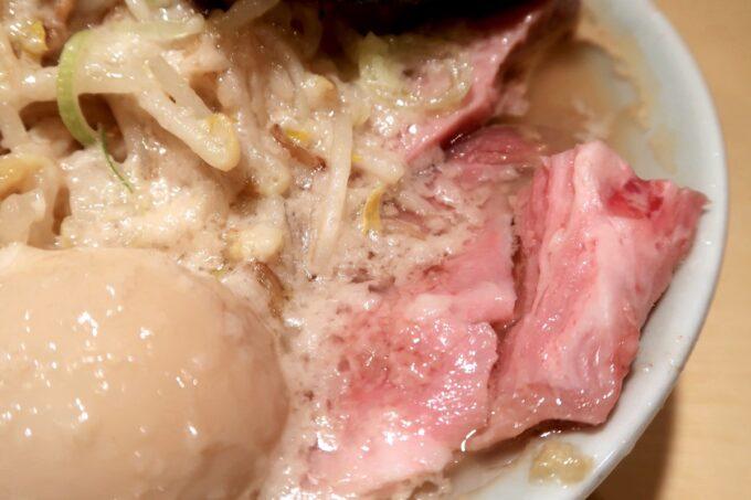 沖縄市「らー麺アオキジ」ベンケエのチャーシューとチャッチャッな背脂