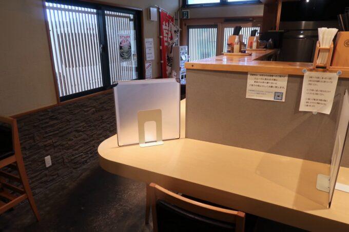 沖縄市「らー麺アオキジ」の店内カウンター席