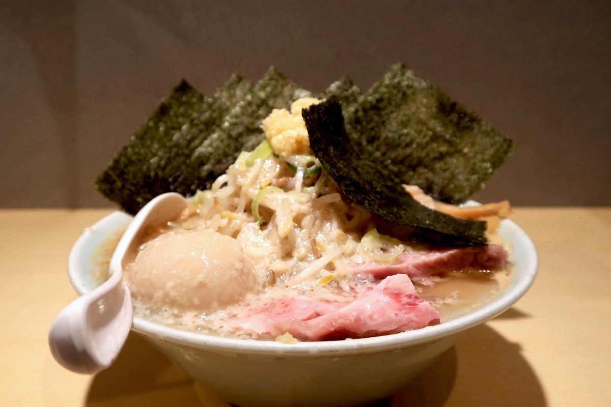 沖縄市「らー麺アオキジ」味玉ベンケエ(950円)を横から