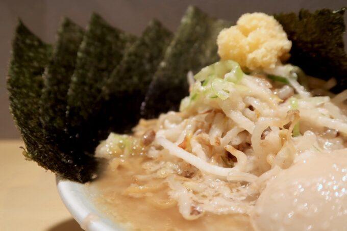 沖縄市「らー麺アオキジ」ベンケエのもやしの山と裏に聳える海苔