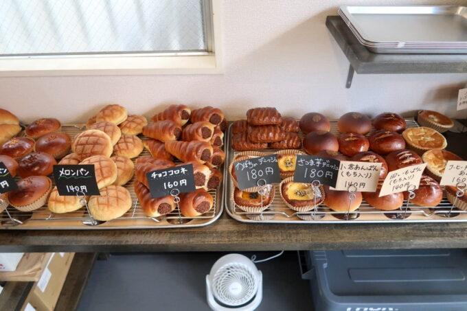 豊見城「Good Morning Bakery(グッドモーニングベーカリー)」店内に陳列された焼き立てパン