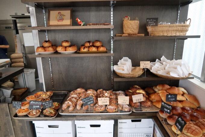 豊見城「Good Morning Bakery(グッドモーニングベーカリー)」平台だけでなく棚にもパンが乗る