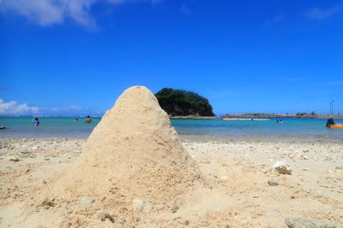 「嘉手納マリーナ」の砂浜でこんもりとした山を作った