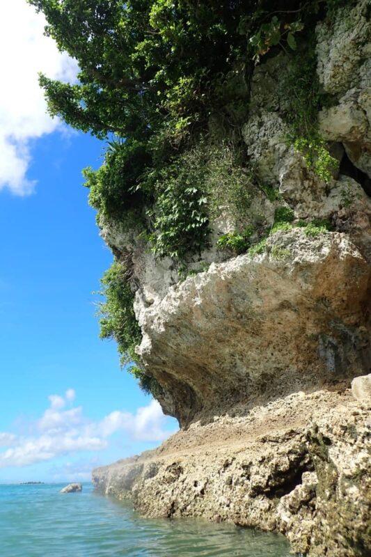 「嘉手納マリーナ」にある大きな岩