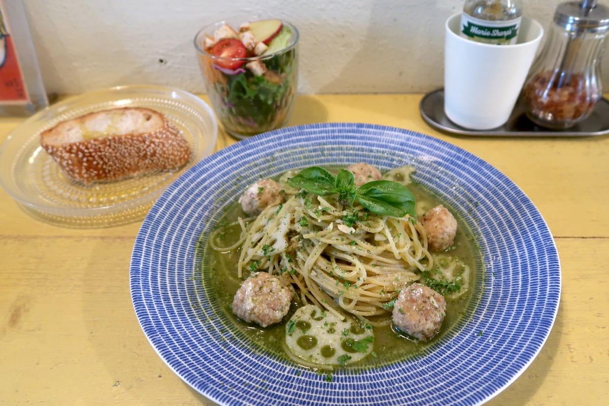 那覇市安里「Kitchen(キッチン)」週替わりメニューのれんこんとミートボールのジェノベーゼ(1100円)のセット