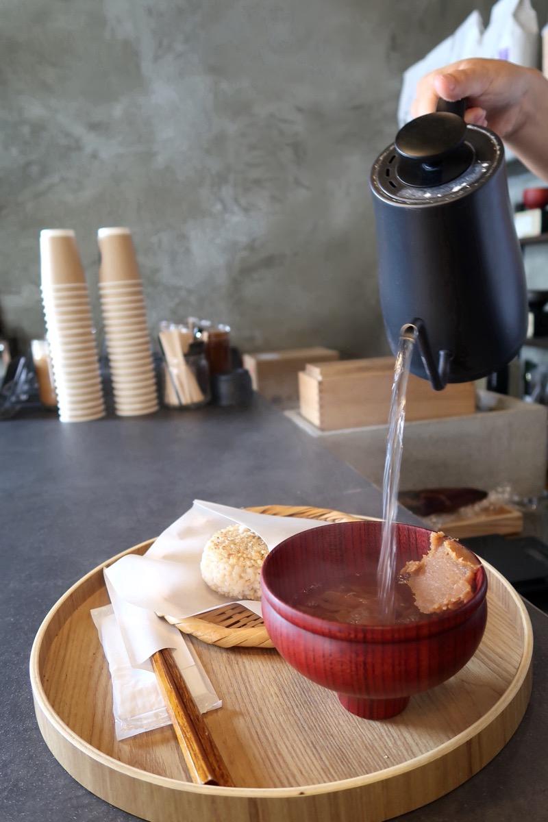 那覇市樋川「MEGURO miso soup stand(メグロミソスープスタンド)」かちゅーゆのお湯をお椀に注ぐ
