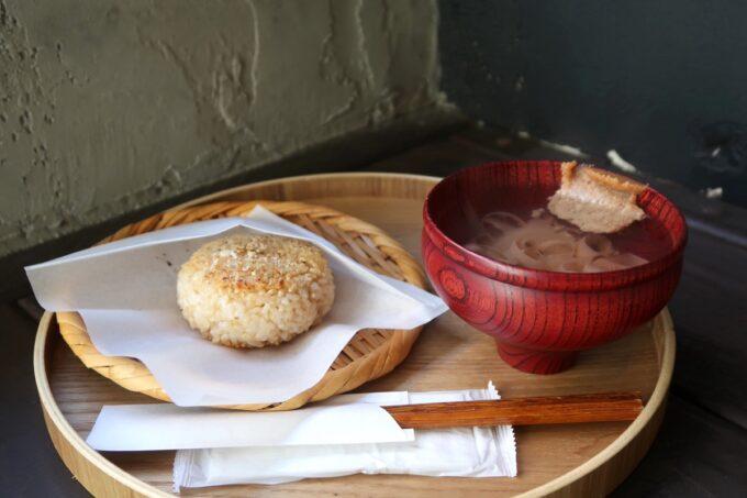 那覇市樋川「MEGURO miso soup stand(メグロミソスープスタンド)」焼きおにぎりセット(750円)