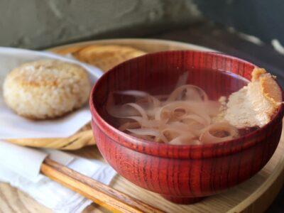 那覇市樋川「MEGURO miso soup stand(メグロミソスープスタンド)」焼きおにぎりセットのかちゅーゆ