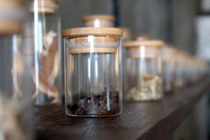 那覇市樋川「MEGURO miso soup stand(メグロミソスープスタンド)」店内に並べられていた小瓶