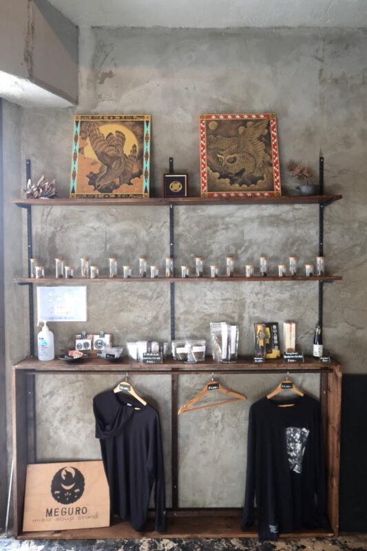 那覇市樋川「MEGURO miso soup stand(メグロミソスープスタンド)」の商品が並ぶ棚
