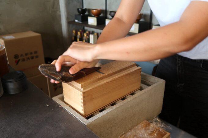 那覇市樋川「MEGURO miso soup stand(メグロミソスープスタンド)」注文後に削る宮古島の鰹節