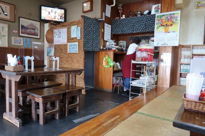 名護市の沖縄そば店「おおしろ」の店内