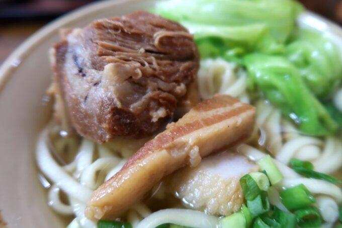 名護市の沖縄そば店「おおしろ」レタスの下には本ソーキと三枚肉、かまぼこ、揚げ豆腐が乗せられていた