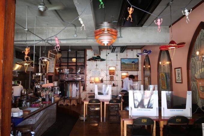 宜野湾「PIPELINE COFFEE(パイプラインコーヒー)」の店内客席