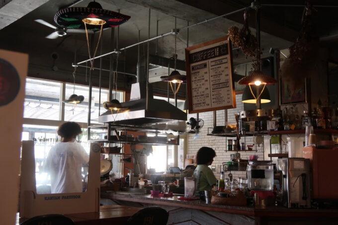 宜野湾「PIPELINE COFFEE(パイプラインコーヒー)」キッチンの様子