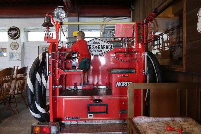 宜野湾「RIDER'S GARAGE CAFE&DINER(ライダースガレージ カフェ&ダイナー)」店内には消防車が置かれていて子どもは遊べる