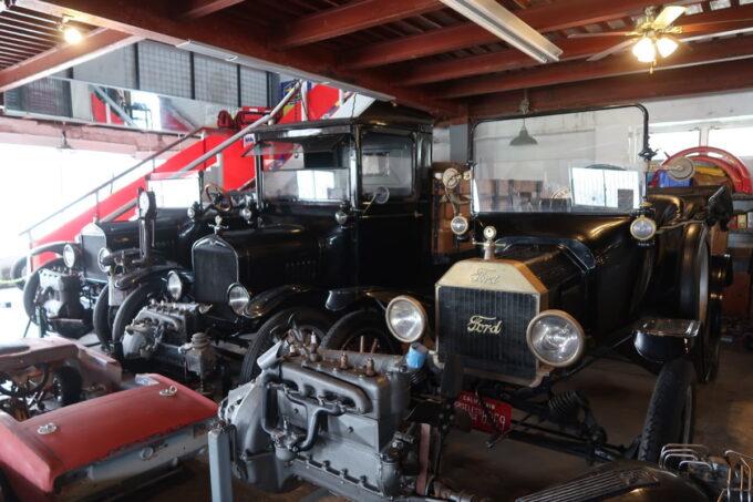 宜野湾「RIDER'S GARAGE CAFE&DINER(ライダースガレージ カフェ&ダイナー)」フォードの旧車が展示されている