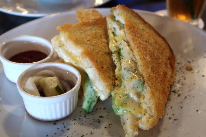 宜野湾「RIDER'S GARAGE CAFE&DINER(ライダースガレージ カフェ&ダイナー)」しにたっぷりチーズのグリルドサンドイッチ(990円)にアボカドトッピング(+220円)