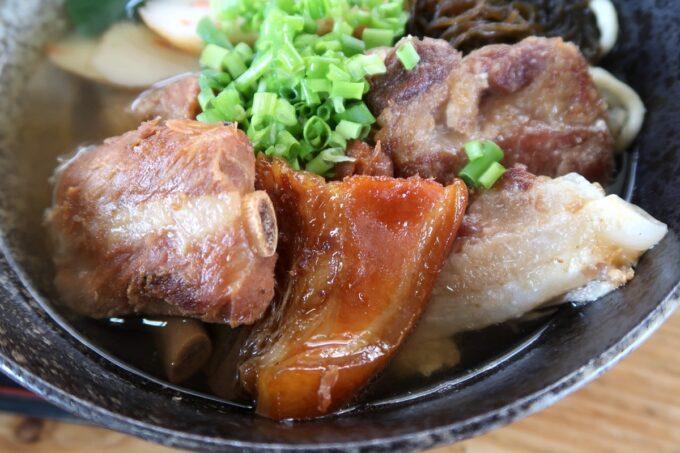 名護「幸ちゃんそば」幸ちゃんそばのお肉は3種(本ソーキ、三枚肉、軟骨スージィカー)