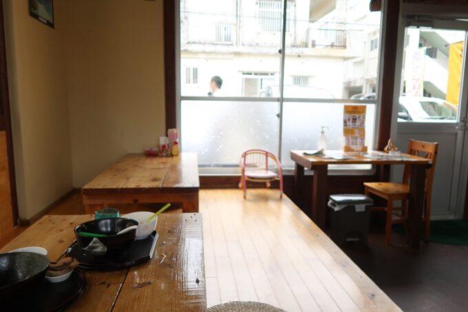 名護「幸ちゃんそば」店内(お座敷席とテーブル席)
