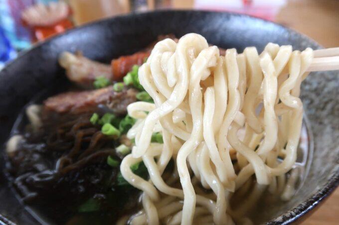 名護「幸ちゃんそば」麺は2種類、伊平屋島産のもずくを練り込んだもずく麺を選んだ