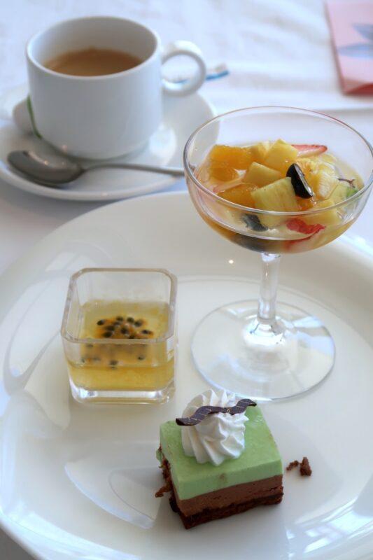 糸満「サザンビーチホテル&リゾート沖縄」サザンテラスのセレクトランチのデザートをお好みで取り分けてもらう